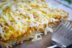 Comida de los espaguetis con queso y salami Imagen de archivo