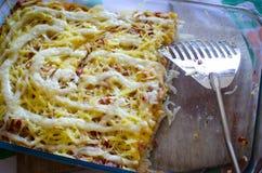 Comida de los espaguetis con queso y salami Imágenes de archivo libres de regalías