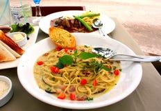 Comida de los espaguetis por la playa Imagen de archivo libre de regalías
