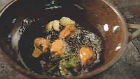 Comida de los mariscos que cocina el sart?n del pulpo de los mejillones almacen de metraje de vídeo