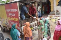 Comida de Narayan Seva Sansthan Provide a la gente pobre fotografía de archivo libre de regalías