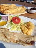 Comida de pescados local del puerto de Turquía Turunc Imágenes de archivo libres de regalías