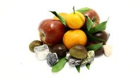 Comida de piedra natural blanca anaranjada del invierno de la manzana de la hoja de la fruta de la clementina fotos de archivo libres de regalías