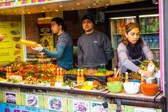 Comida de servicio de la gente en Camden Food Foto de archivo