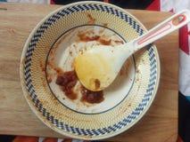 Comida de sobra de un plato y de una cuchara fotos de archivo