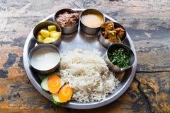 Comida de Thali del Nepali fijada con el cordero del curry fotografía de archivo libre de regalías