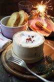 Comida del Año Nuevo: ` De Mont D del francés o queso y vino rojo Fotos de archivo libres de regalías