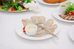 Comida del abastecimiento en la tabla en la comida fría del abastecimiento Foto de archivo libre de regalías