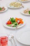 Comida del abastecimiento en la tabla en la comida fría del abastecimiento Fotos de archivo libres de regalías