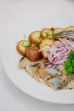 Comida del abastecimiento en la tabla en la comida fría del abastecimiento Fotos de archivo