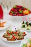 Comida del abastecimiento en la tabla en la comida fría del abastecimiento Imagen de archivo
