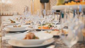 Comida del abastecimiento en restaurante antes de casarse Fotos de archivo libres de regalías