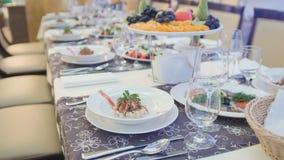 Comida del abastecimiento en restaurante antes de casarse Foto de archivo libre de regalías