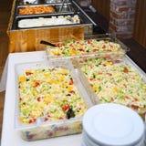 Comida del abastecimiento para casarse o el aniversario en la tabla de comida fría Fotografía de archivo libre de regalías