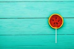 Comida del caramelo del verano de la sandía en fondo de madera azul Visión superior Mofa para arriba Copie el espacio Lollipop du foto de archivo libre de regalías