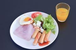 Comida del desayuno en el plato blanco Imagenes de archivo
