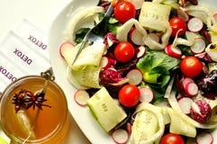 Comida del Detox con la ensalada y la infusión de hierbas del veggie Foto de archivo