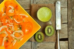 Comida del Detox con veggie, ensalada cruda y zumo de fruta Imagen de archivo libre de regalías