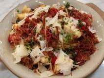Comida del estilista, ajo italiano hecho en casa y seta de la carne en lata de los espaguetis de las pastas con el queso parmesan Imagen de archivo libre de regalías
