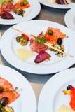 Comida del estilo de la comida fría en las placas Imagenes de archivo