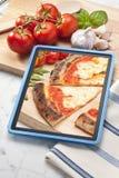 Comida del italiano de la tableta de la pizza imágenes de archivo libres de regalías