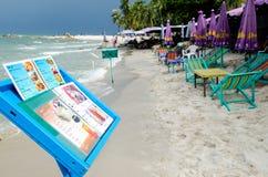 Comida del menú en la playa Imágenes de archivo libres de regalías