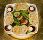 Comida del partido - pequeños tartlets hechos en casa de los pasteles en la placa blanca cuadrada fotos de archivo libres de regalías