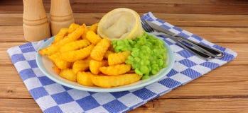 Comida del pudín del filete y del riñón con Chips And Mushy Peas imágenes de archivo libres de regalías