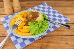 Comida del pudín del filete y del riñón con Chips And Mushy Peas fotografía de archivo libre de regalías