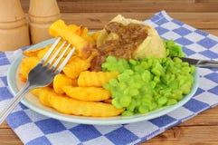 Comida del pudín del filete y del riñón con Chips And Mushy Peas fotografía de archivo