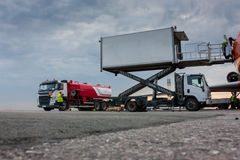 Comida del reaprovisionamiento y del cargamento en el aeroplano Foto de archivo