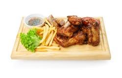 Comida del restaurante aislada - el surtido asado a la parrilla de la carne sirvió en el tablero de madera Fotografía de archivo libre de regalías