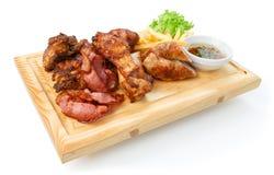 Comida del restaurante aislada - el surtido asado a la parrilla de la carne sirvió encendido corteja Fotografía de archivo