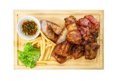 Comida del restaurante aislada - el surtido asado a la parrilla de la carne sirvió encendido corteja Foto de archivo libre de regalías