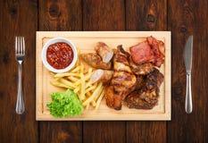 Comida del restaurante aislada - el surtido asado a la parrilla de la carne sirvió encendido corteja Imágenes de archivo libres de regalías