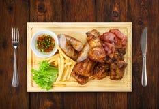 Comida del restaurante aislada - el surtido asado a la parrilla de la carne sirvió encendido corteja Imagenes de archivo
