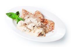 Comida del restaurante aislada - lengua de carne de vaca hervida con las setas Fotos de archivo libres de regalías