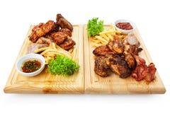 Comida del restaurante - el surtido asado a la parrilla de la carne sirvió encendido corteja Foto de archivo libre de regalías