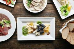 Comida del restaurante - placa de queso con la uva Imágenes de archivo libres de regalías