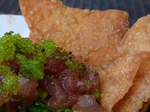 Comida del restaurante, tártaro del atún con la ensalada de la alga marina y microprocesadores Fotografía de archivo