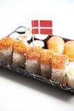 Comida del sushi en la bandeja con la bandera danesa contra el fondo blanco Foto de archivo