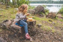 Comida del turista en descanso, almuerzo en el bosque, en el fondo de t Fotos de archivo