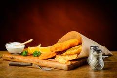 Comida deliciosa de los pescado frito con patatas fritas Fotos de archivo libres de regalías