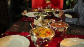 Comida deliciosa en el restaurante indio metrajes