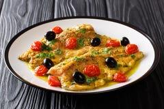 Comida deliciosa: los pescados de la trucha con mantequilla de limón del ajo sauce, tomat Fotos de archivo
