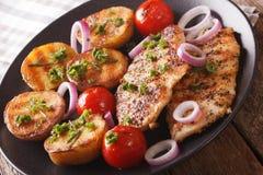 Comida deliciosa: pechuga de pollo frita con las patatas asadas a la parrilla y t Foto de archivo libre de regalías
