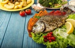 Comida deliciosa y nutritiva con los pescados y las verduras Fotografía de archivo