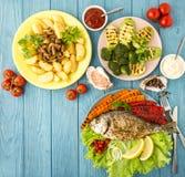 Comida deliciosa y nutritiva con los pescados y las verduras Visión superior Imagen de archivo