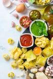 Comida e ingredientes italianos, salsa de tomate del pesto de los espaguetis de las pastas de los raviolis foto de archivo libre de regalías