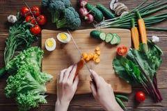 Comida e ingredientes sanos en fondo de madera rústico Imagenes de archivo
